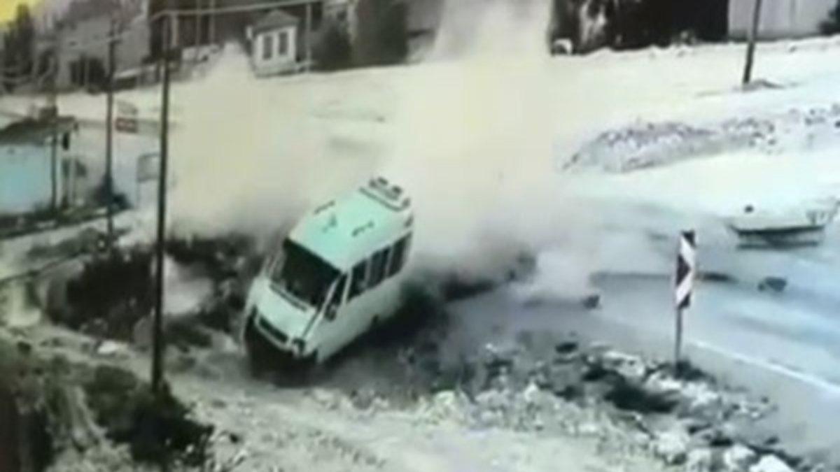 Afyonkarahisar'da minibüs ile otomobilin çarpıştığı anlar kamerada