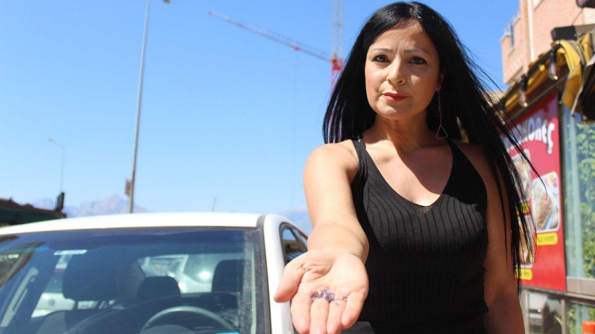 Antalya'da kırmızı ışıktaki otomobilin üzerine cam düştü
