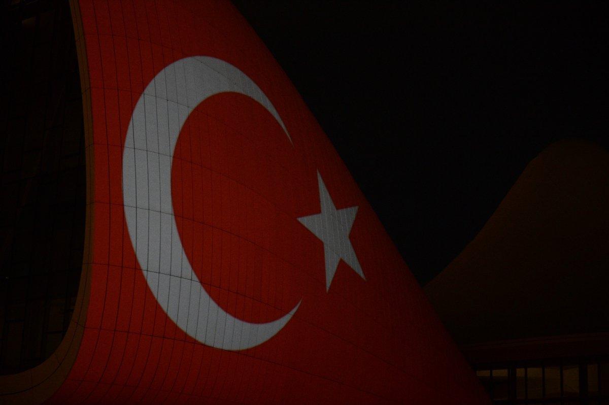 Azerbaycan da Haydar Aliyev Merkezi'ne Türk bayrağı silüeti yansıtıldı #2