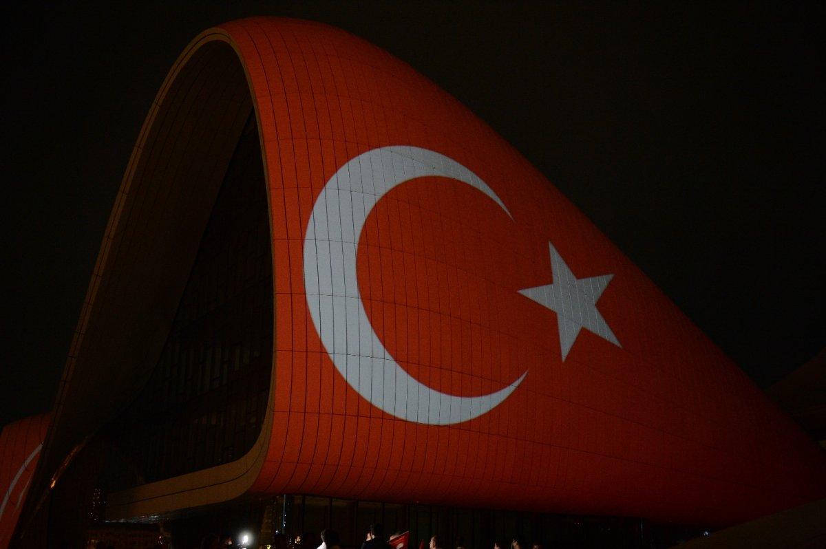 Azerbaycan da Haydar Aliyev Merkezi'ne Türk bayrağı silüeti yansıtıldı #3