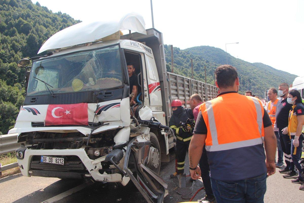 Bolu'da tıra çarpan kamyon sürücüsü 1 saatte kurtarıldı #1