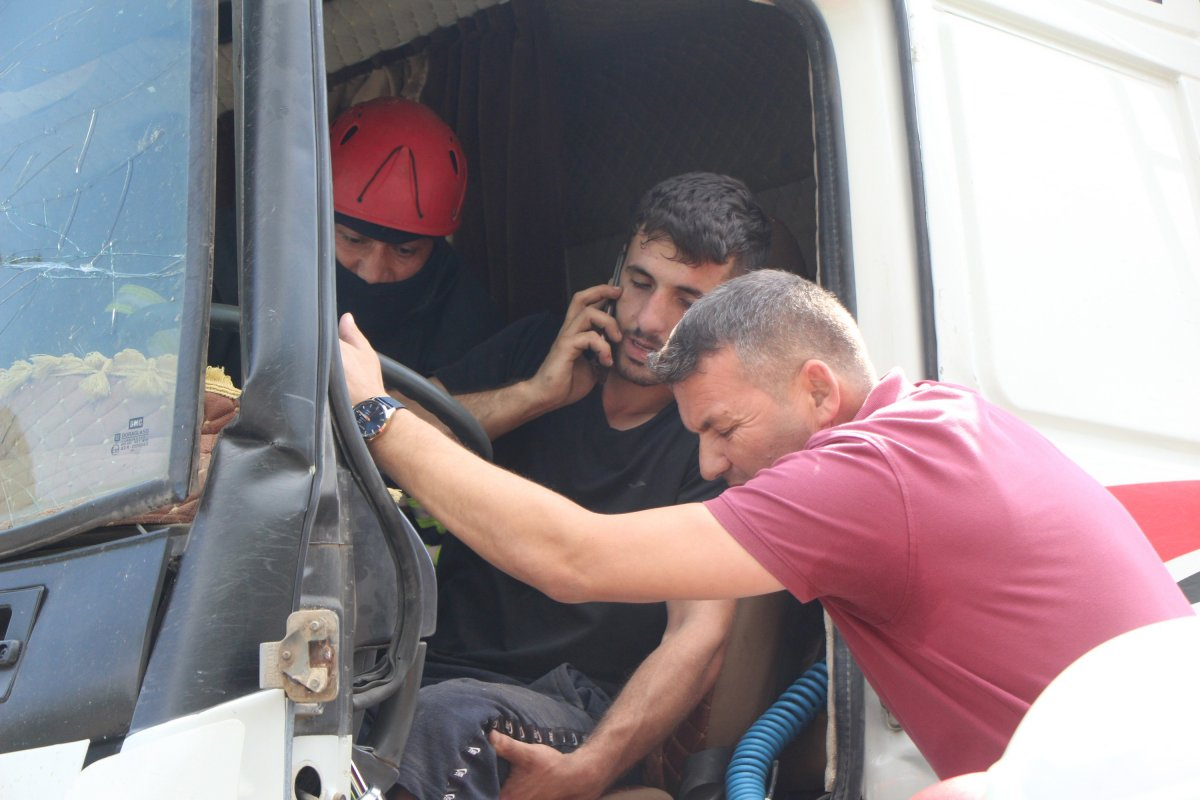 Bolu'da tıra çarpan kamyon sürücüsü 1 saatte kurtarıldı #2