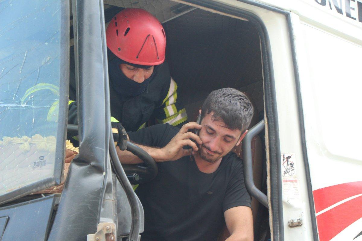 Bolu'da tıra çarpan kamyon sürücüsü 1 saatte kurtarıldı #3