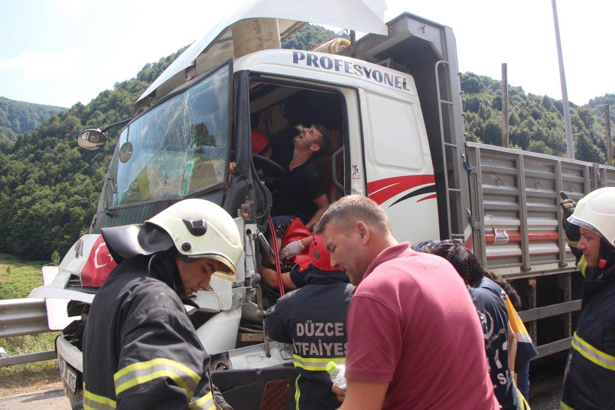 Bolu'da tıra çarpan kamyon sürücüsü 1 saatte kurtarıldı #4