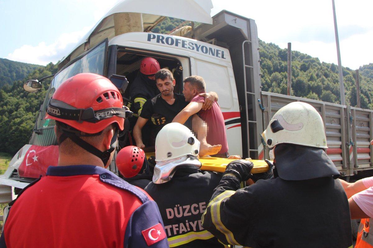 Bolu'da tıra çarpan kamyon sürücüsü 1 saatte kurtarıldı #5