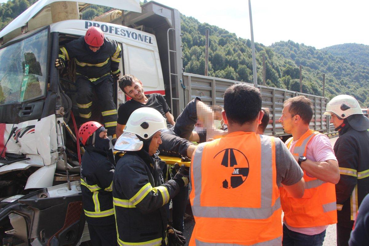 Bolu'da tıra çarpan kamyon sürücüsü 1 saatte kurtarıldı #6