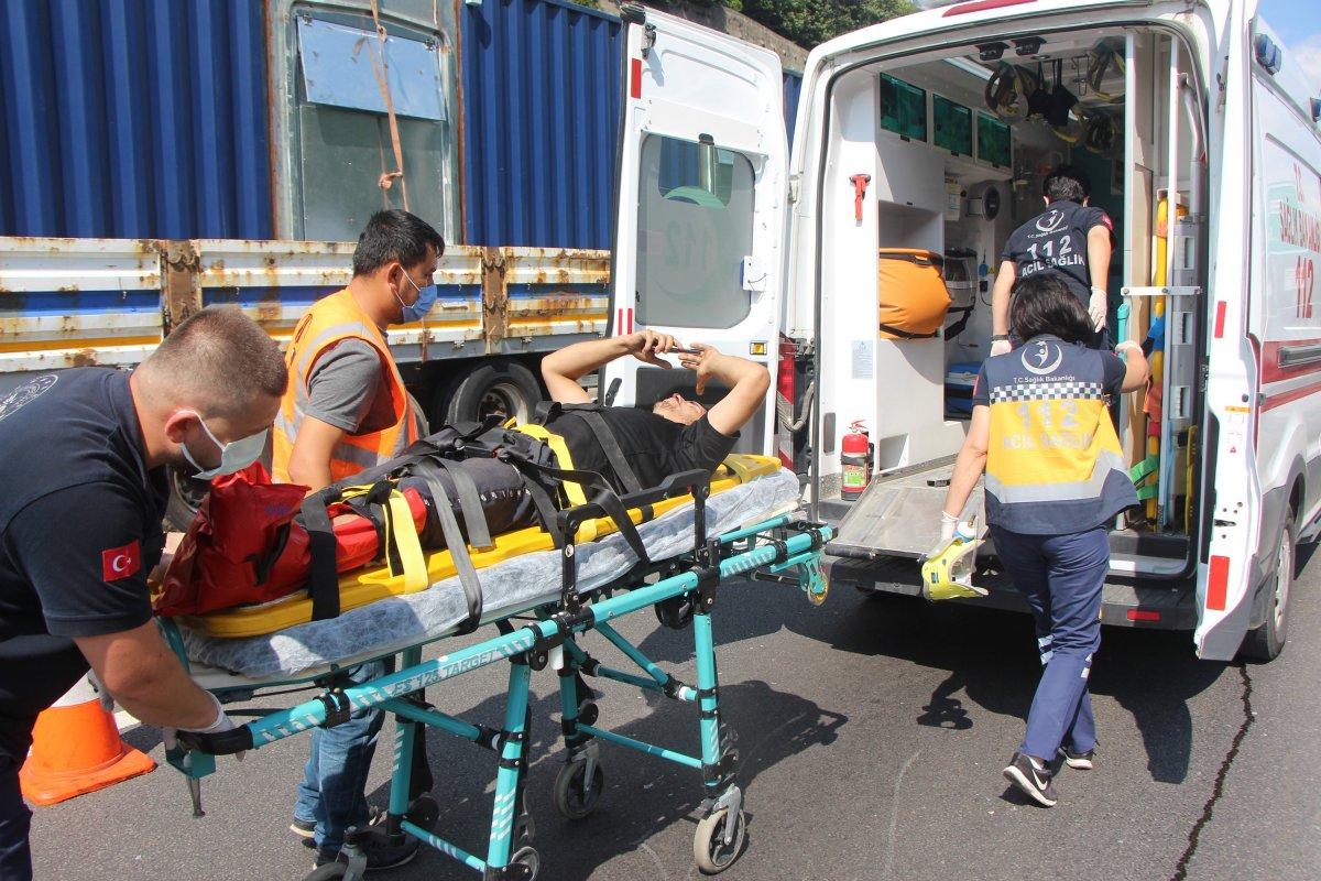 Bolu'da tıra çarpan kamyon sürücüsü 1 saatte kurtarıldı #9