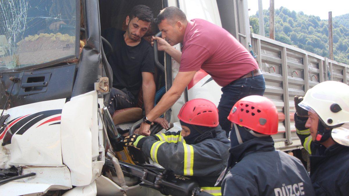 Bolu'da tıra çarpan kamyon sürücüsü 1 saatte kurtarıldı