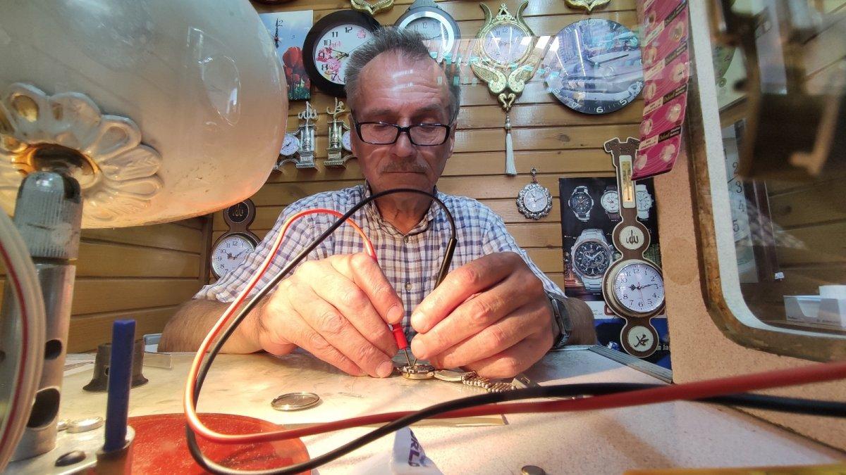 Bursa'da yarım asırdır tamir ederek saatlerin ömrünü uzatıyor