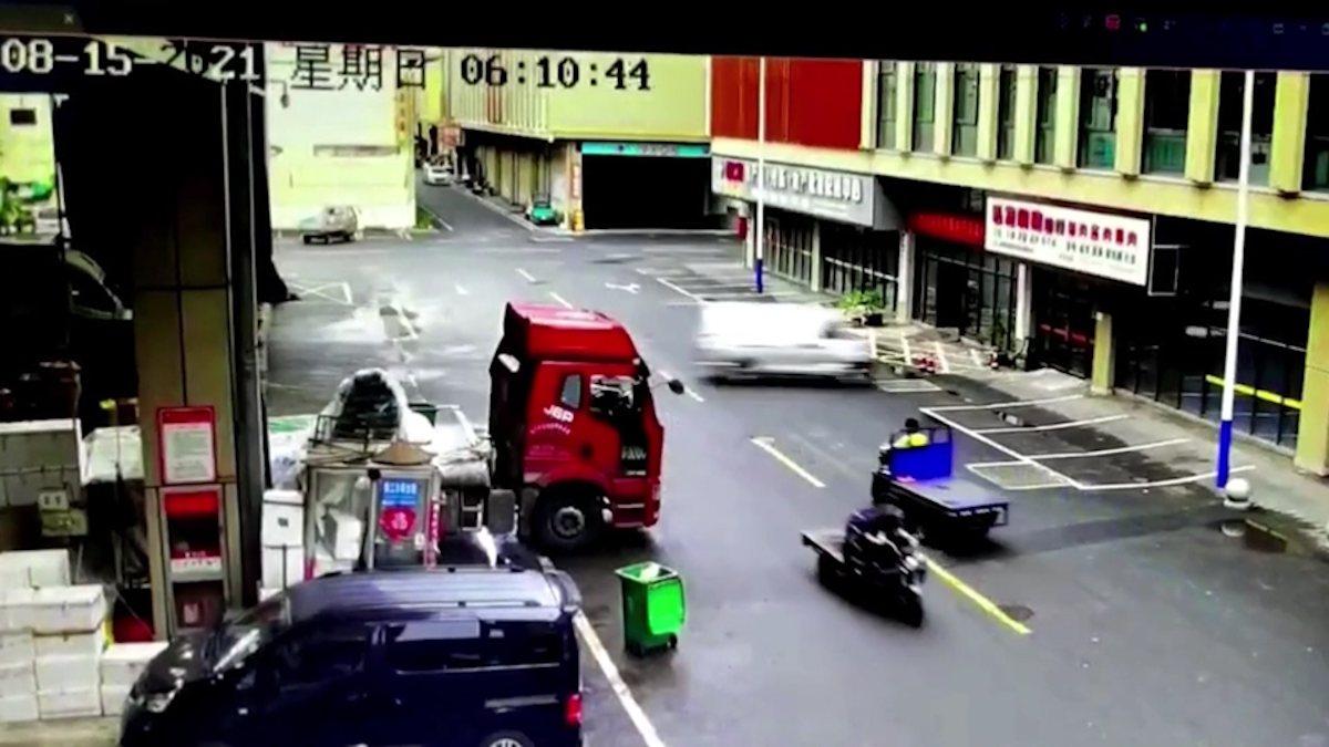 Çin'de fren yerine gaza bastı, hızla dükkana girdi