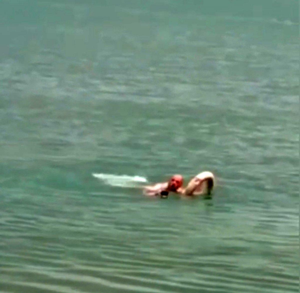 Elazığ'da köpeği kurtarmak için girdiği gölde mahsur kaldı #2