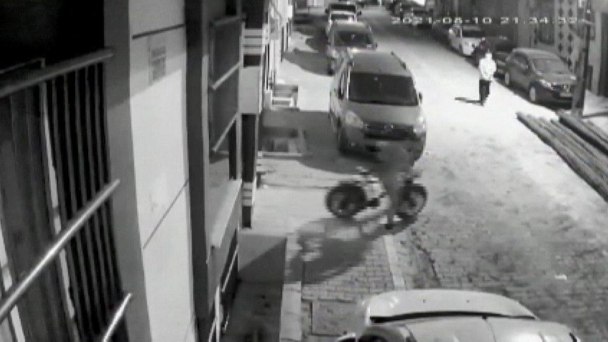 Esenyurt'ta apartmandan bisiklet çalan hırsız kamerada