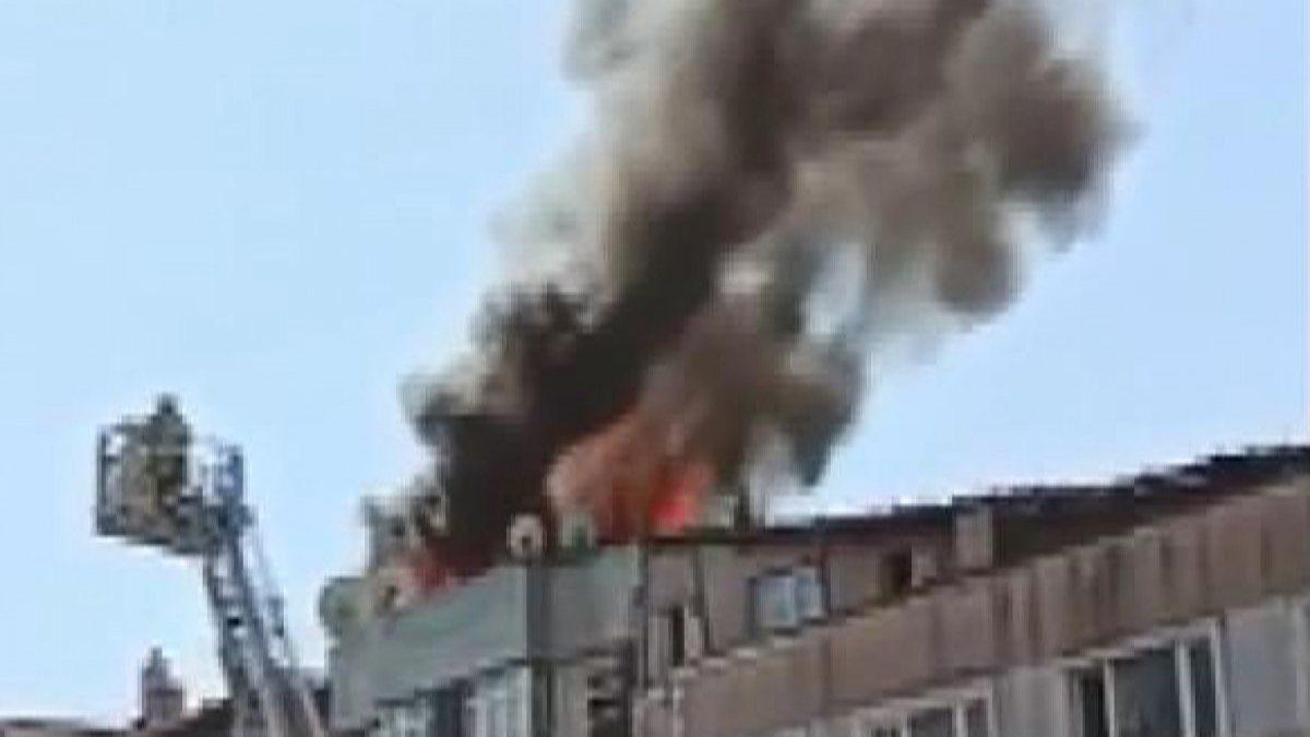 Fatih'te 4 katlı binanın çatısında yangın çıktı