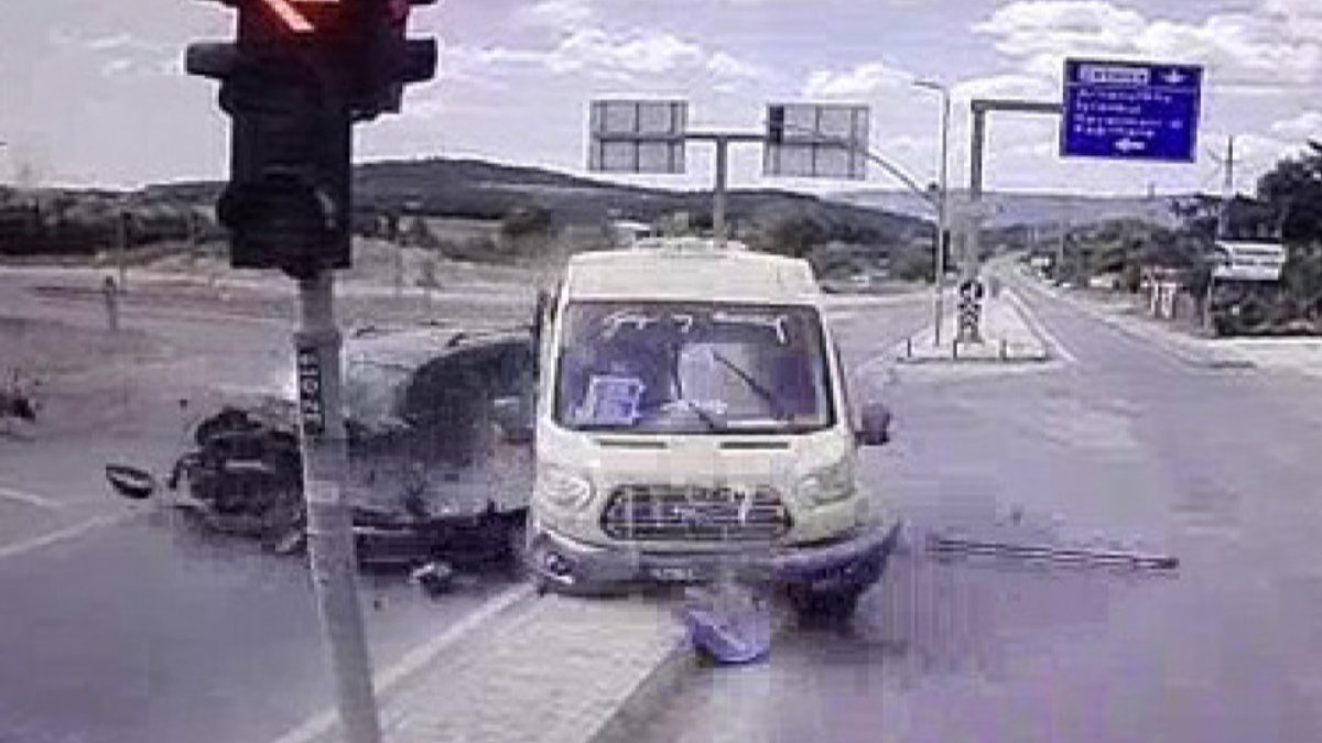 İstanbul'da yolcu minibüsü ile hafif ticari araç çarpıştı: 6 yaralı