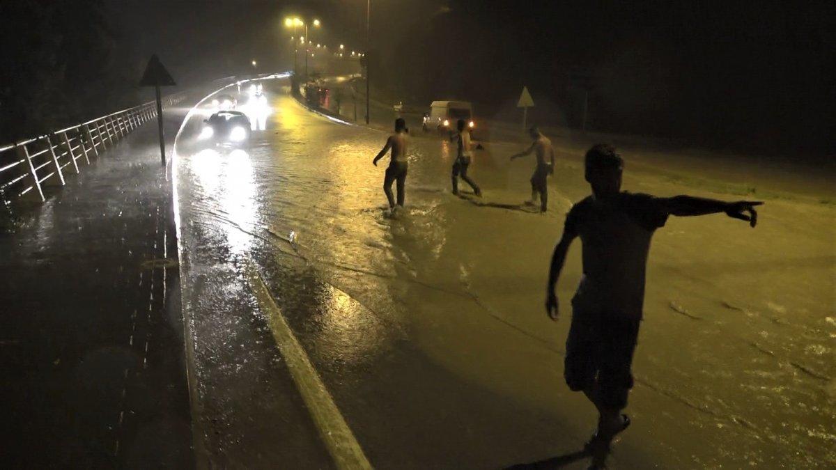 Karabük'te sağanak yağışta sokakta suyla oynadılar