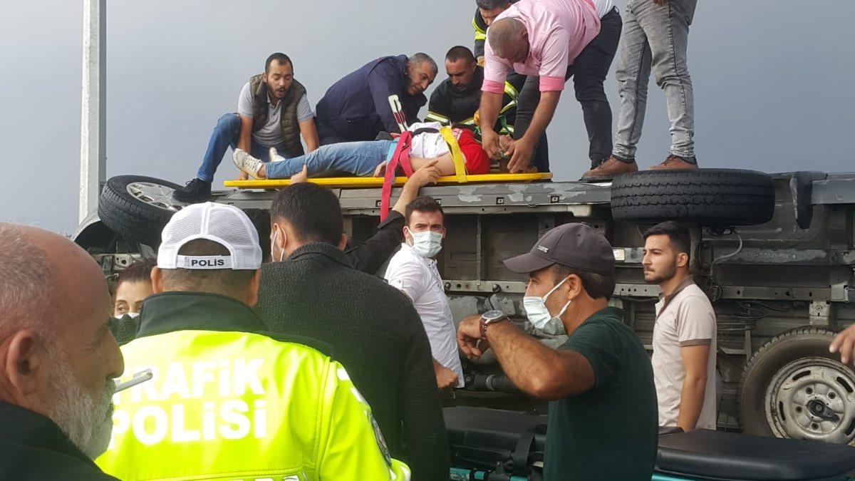 Kars'ta minibüs yan yattı, yolcular araç içinde sıkıştı