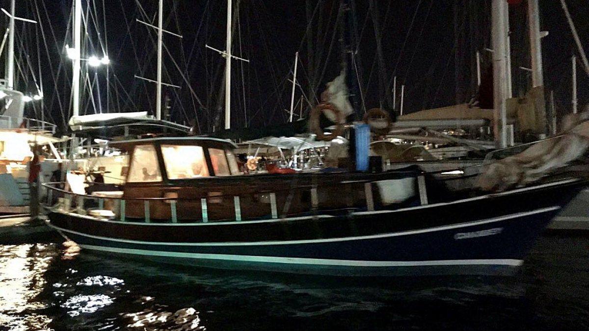 Muğla'da halatı teknenin pervanesine dolanan yelkenlide 3 kişi mahsur kaldı