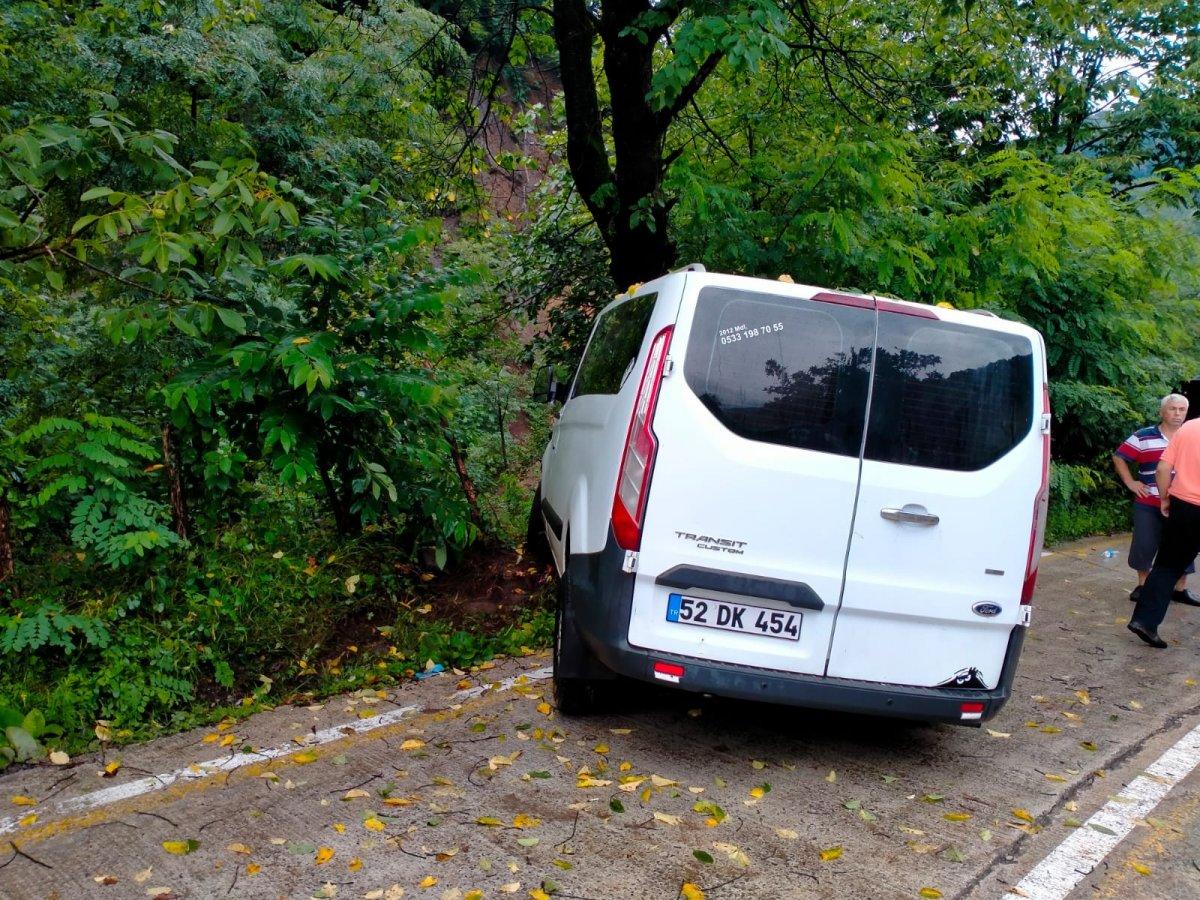 Samsun da minibüs ağaca çarptı #1