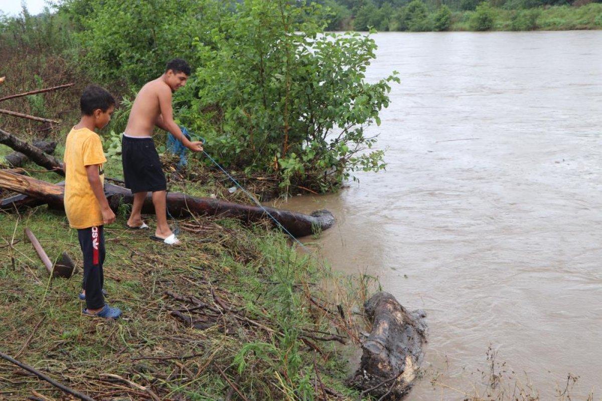 Samsun da sağanak yağış sonrası Terme Çayı ndan odun toplandı #2