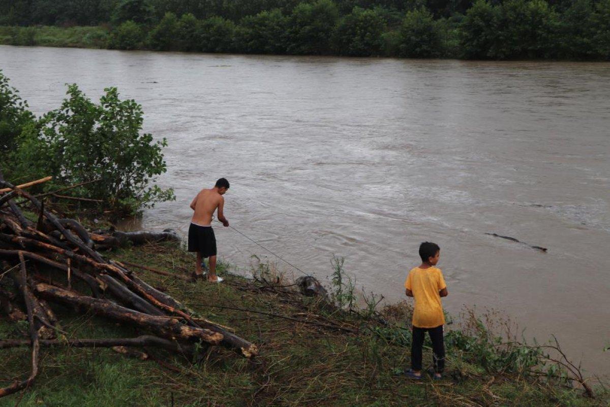 Samsun da sağanak yağış sonrası Terme Çayı ndan odun toplandı #3