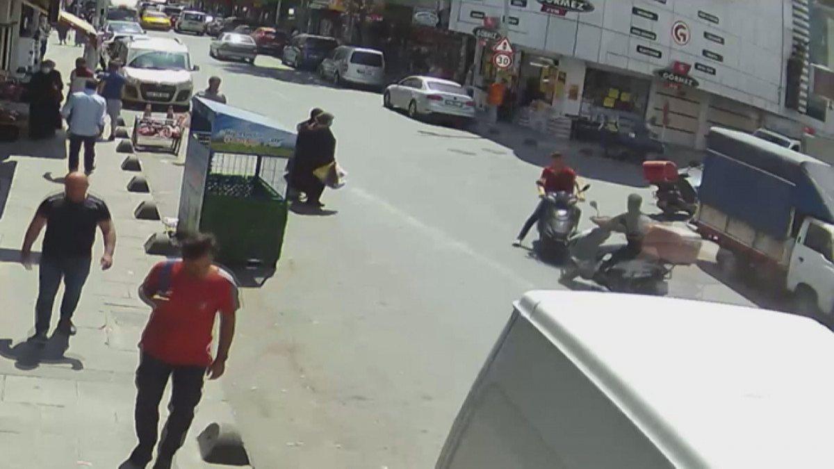 Sultangazi'de moto kuryeler kafa kafaya çarpıştı