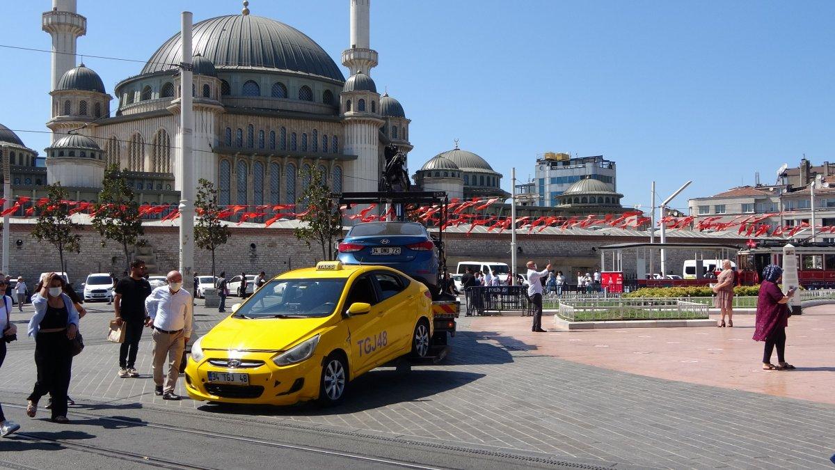 Taksim de çantasını takside unutan turist, eksik para için taksiciyi şikayet etti #1