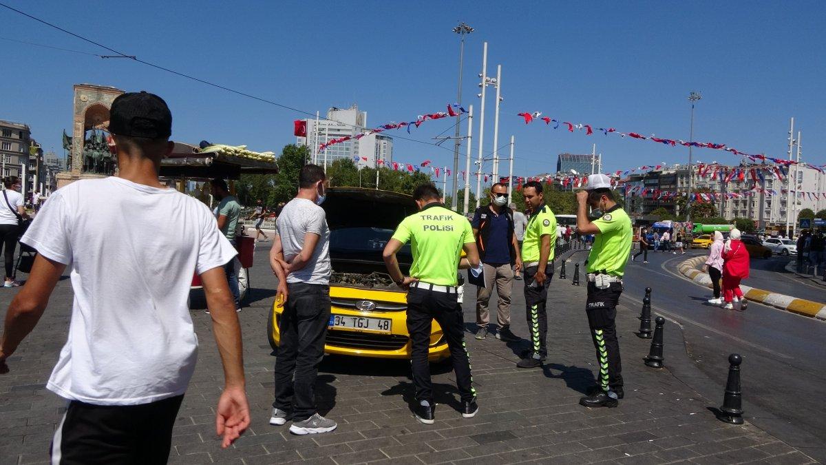Taksim de çantasını takside unutan turist, eksik para için taksiciyi şikayet etti #3