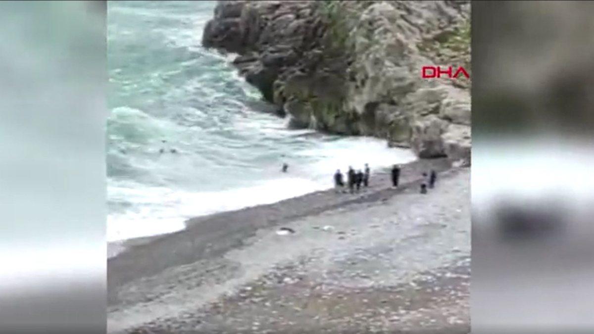 Zonguldak'ta dalgaların arasında kalan 2 kişi halatla kurtarıldı